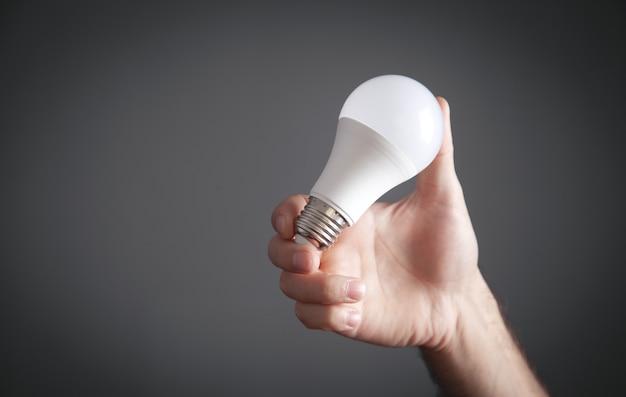 電球を持っている男性の手。