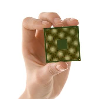 白い表面にマイクロプロセッサを持っている男性の手
