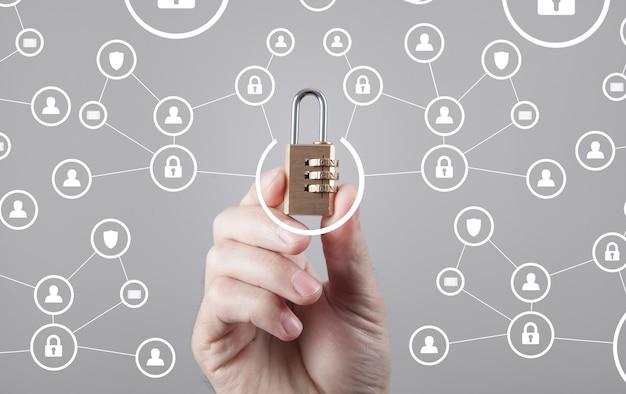 남성 손 잡고 자물쇠입니다. 인터넷 및 데이터 보안