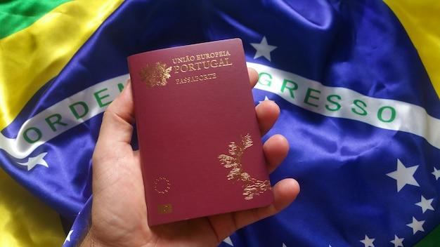 포르투갈 여권을 들고 남자 손