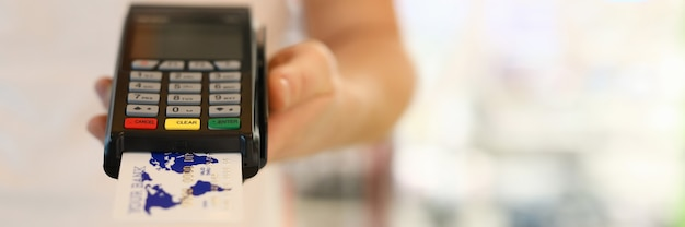 신용 은행 카드 근접 촬영으로 pos 터미널을 들고 남성 손