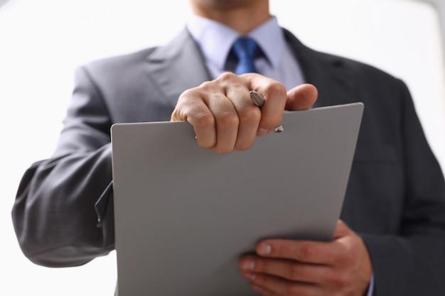 Мужская рука держит серебряную ручку