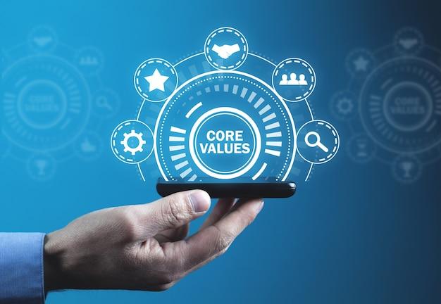 Мужской рукой, держащей смартфон. главные ценности. бизнес-концепция этики ответственности Premium Фотографии