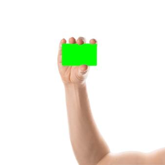 男性の手は、クロマキーで分離されたクレジットカードまたは名刺を保持します