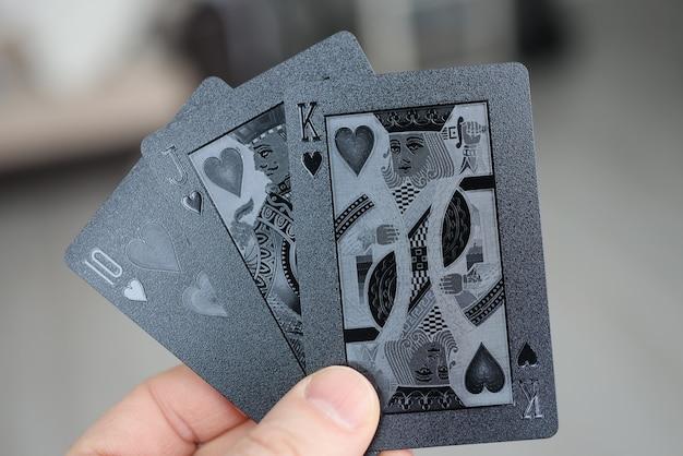 남성 손 보유 블랙 카드 놀이