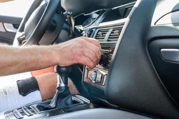 자동차 내부 전송 장비에 남성 손입니다. 자동차 인테리어와 남성 손보기 닫기