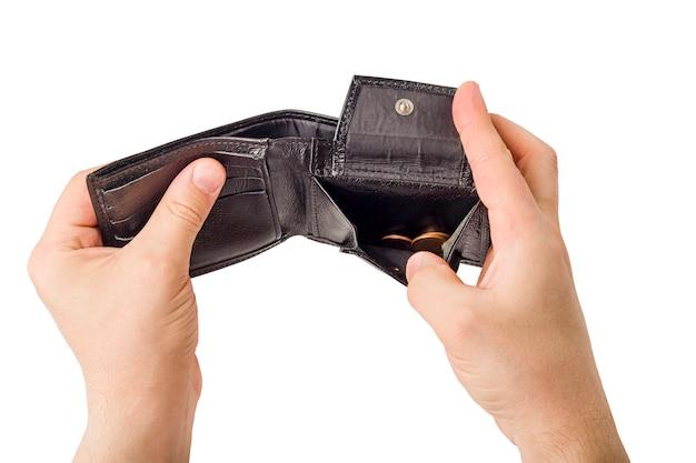 Мужская рука раскрывая бумажник и монетка отсчета изолированная на белой предпосылке. мировой экономический кризис. финансовая проблема безработных, концепция банкротства.