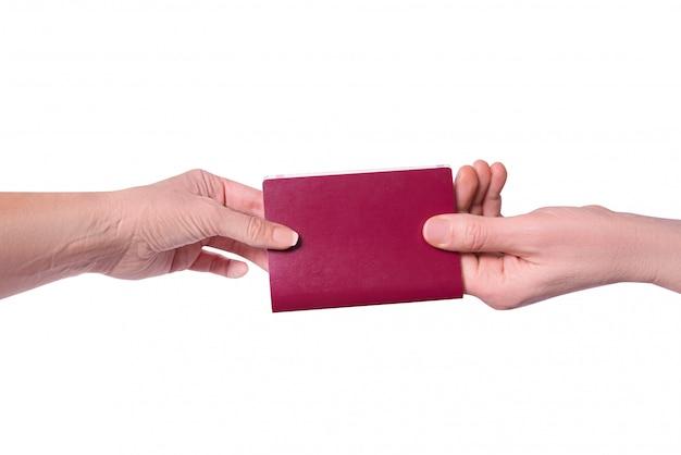 男性の手が女性にパスポートを渡します