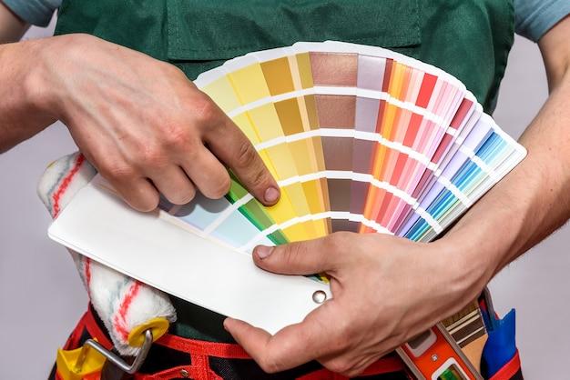 색상 견본에서 가리키는 남성 손 클로즈업