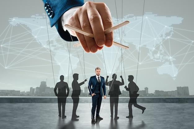 남성 손, 인형극은 스레드, 사회로 군중을 제어합니다. 세계 음모, 세계 정부, 조작, 통제의 개념.