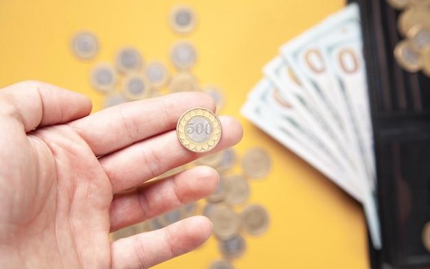 コインを示す男性の手。仕事。ファイナンス