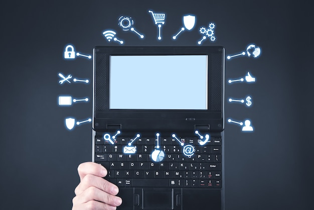 컴퓨터 및 비즈니스, 네트워크 기호를 보여주는 남성 손.