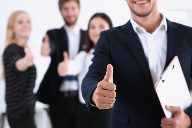 Мужская рука показывает нормально или подтверждает знак большим пальцем вверх