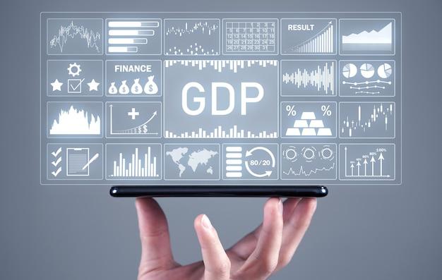 スマートフォンを示す男性の手。 gdp-国内総生産。ビジネスコンセプト