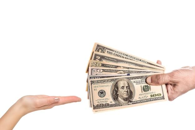 いくつかの紙幣をしっかりと絞る男性の手