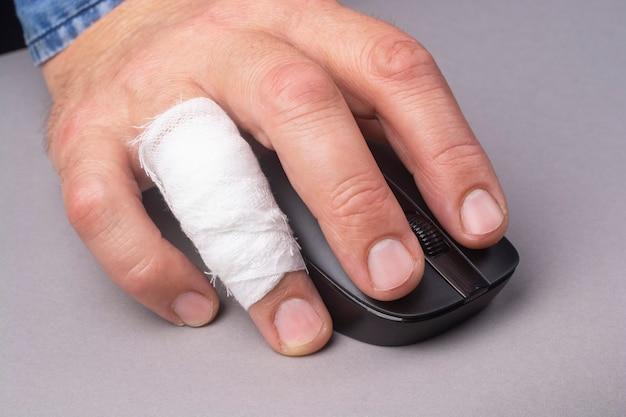Мужская рука с перевязанным пальцем крупным планом