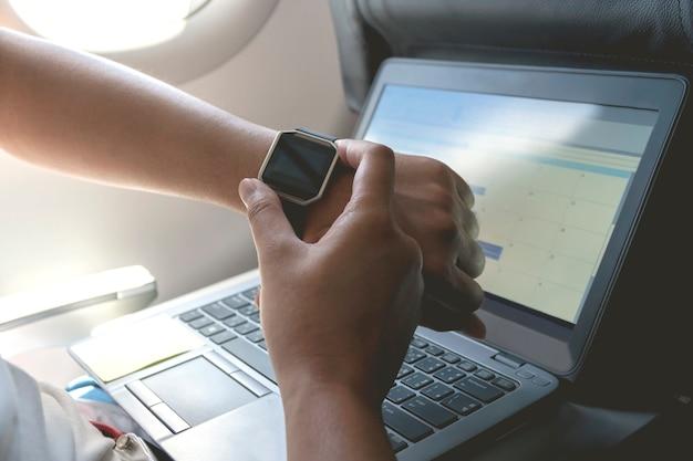 손목에 스마트 시계를 가진 남자 손입니다. 일정 관리 이벤트 플래너를 사용하여 계획 안건 및 일정