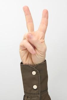 Мужская рука с двумя поднятыми вверх пальцами