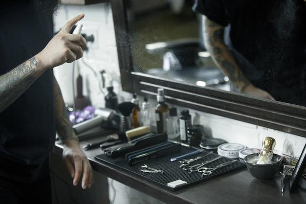 남성의 손과 이발소에서 수염을 자르는 도구. 이발소의 빈티지 도구.