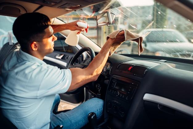 男性の手が自動車を掃除します
