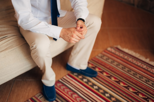 남성 손 클로즈업입니다. 몬테네그로에서 결혼식에서 신랑의 손.