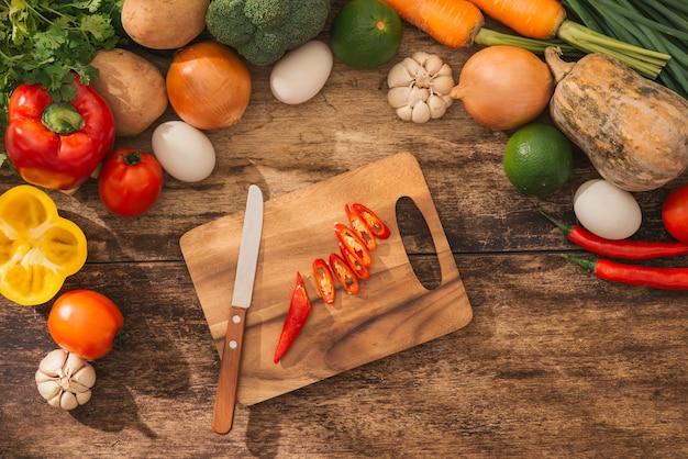 キッチンで野菜サラダを調理する男性の手