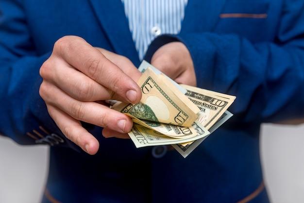 ドル紙幣を数える男性の手がクローズアップ