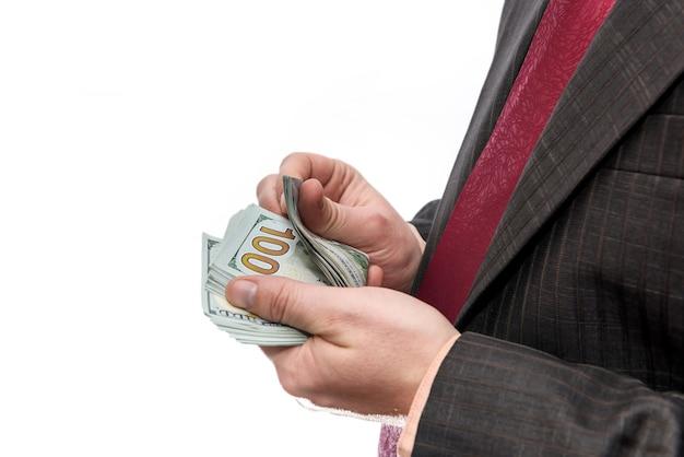 Мужские руки, считающие долларовые банкноты, изолированные на белом фоне
