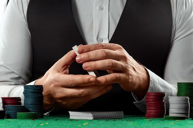 男性の手ディーラーシャッフルカードのクローズアップ