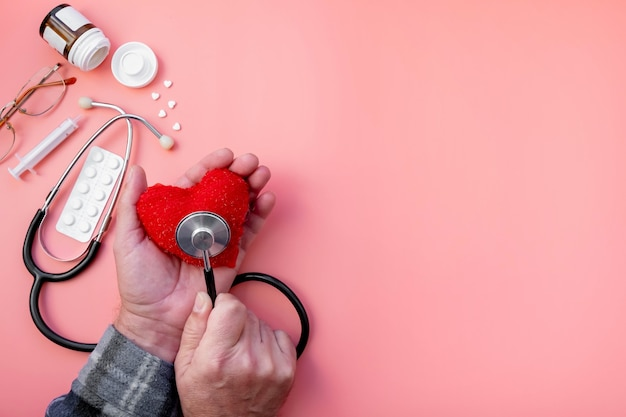 男性の手は、心拍を測定するkarsの心臓を持っています。