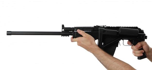 Мужские руки держат автоматический пистолет со складным прикладом, изолированный на белом