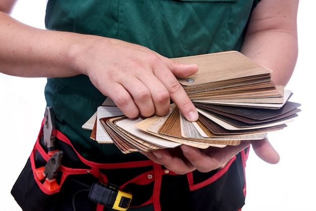나무 샘플러를 들고 남성 손 클로즈업
