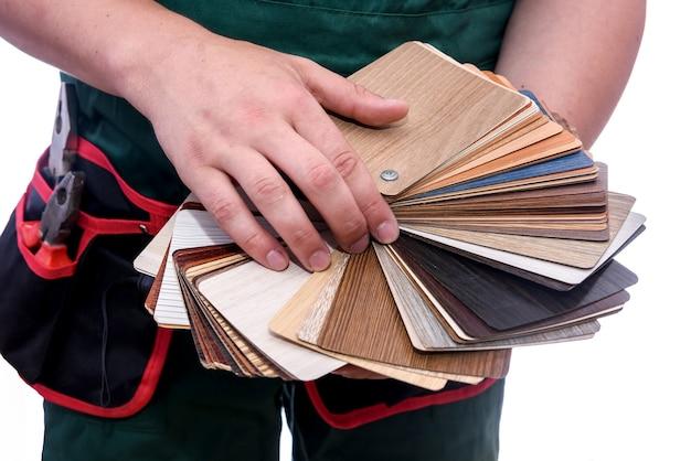 木製のサンプラーを保持している男性の手がクローズアップ