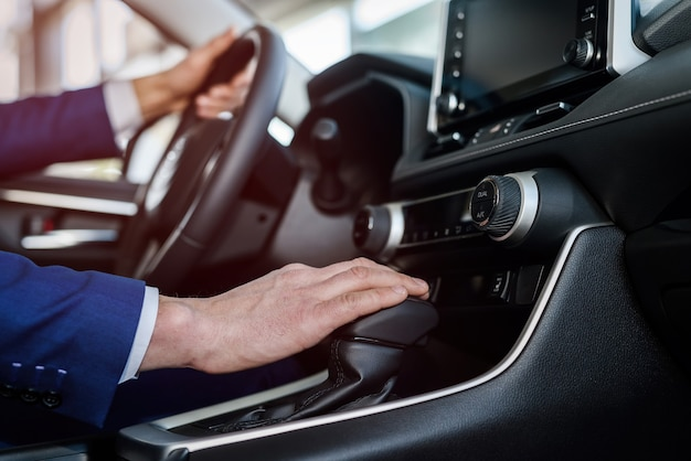 ハンドル、車のインテリアに男性の手