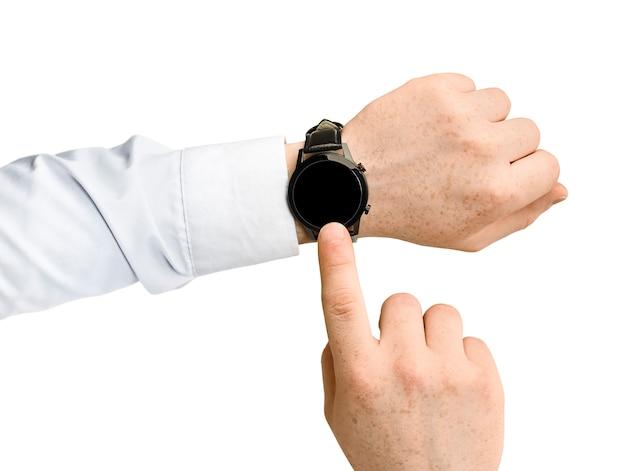 흰색 절연 스마트 시계의 터치 스크린에 남성 손을 누릅니다