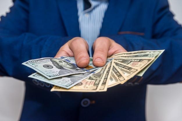 달러 지폐를 보여주는 남성 손 클로즈업