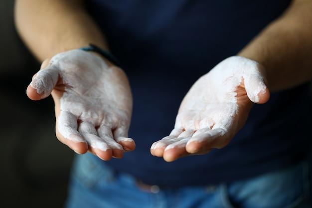 Мужские руки смазывают магниевой пудрой, готовые к тренировке крупным планом