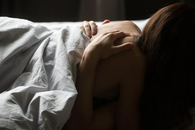 Мужские руки поглаживая спину женщины, страстная пара занимается любовью, крупным планом