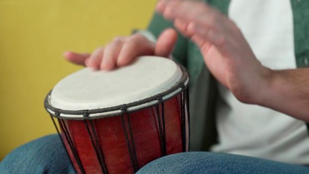 남성의 손에 리듬에 젬베, 봉고를 두드리는.