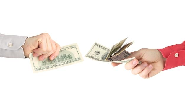 白で互いに反対のお金を持つ男性の手。ビジネス関係。給料。