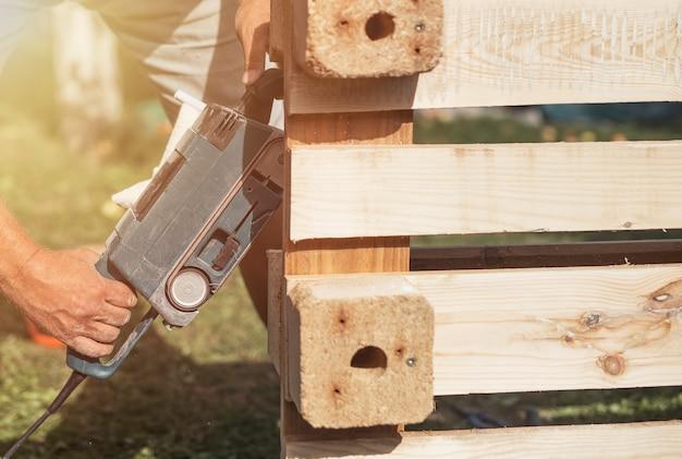 나무 건축 및 가구 수리 작업 도구를 가진 남성 손