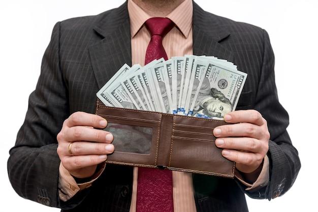 財布とドル紙幣を持つ男性の手