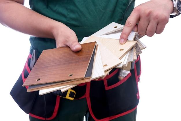 木製のサンプラーと男性の手がクローズアップ