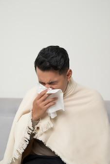 Мужчины болеют гриппом, вирусом или респираторной аллергией. концепция здорового, медицины и людей. средства от головной боли и лихорадки.