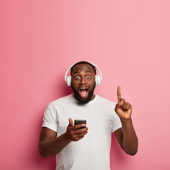 남성 hipster 절연 무선 헤드폰에서 음악을 듣는