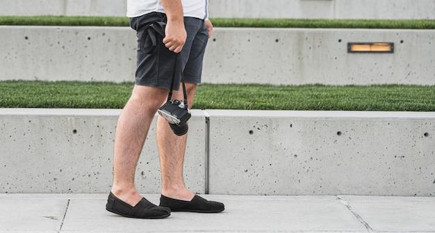 Мужчина держит камеру в отпуске