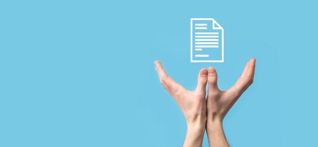 Мужчина держит значок документа на синей поверхности. система данных управления документами.