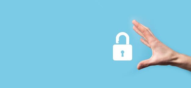 ロック南京錠のアイコンを保持している男性。サイバーセキュリティネットワーク。