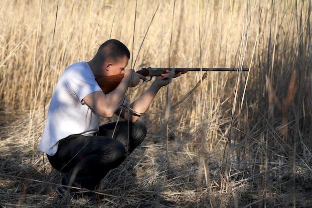 사냥 파티 중 사냥을 목표로 남성 사냥꾼