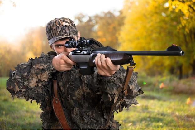 Мужчина-охотник с винтовкой